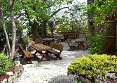 gemütliche Sitzecken im Freien im Biergarten im Landhotel zur Post in Hofstetten, Ammersee