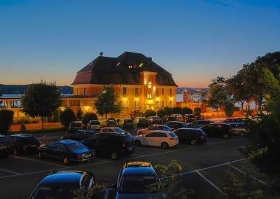 Aussenansicht Hotel Schloss Berg - das Restaurant welches direkt am Starnberger See liegt mit Terrasse, Fünfseenland, Bayern, Deutschland