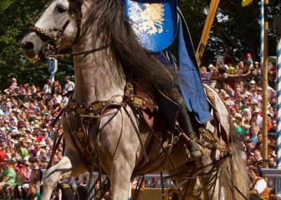 Ritter auf Pferd in Arena Kaltenberger Ritterturnier