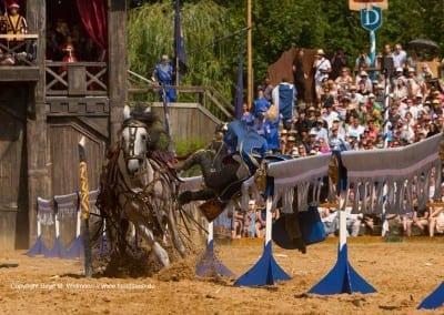 Reiter fällt vom Pferd bei Kaltenberger Ritterturier