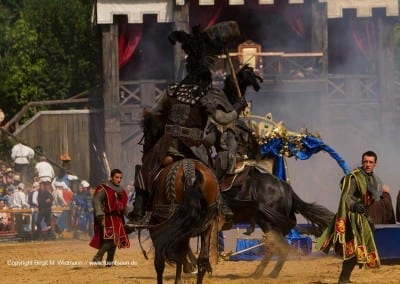 Pferde mit Reiter der Schwarzen Ritter stürmen das Königreich