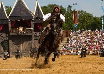 Reiter auf Pferd im Galopp Kaltenberger Ritterspiele