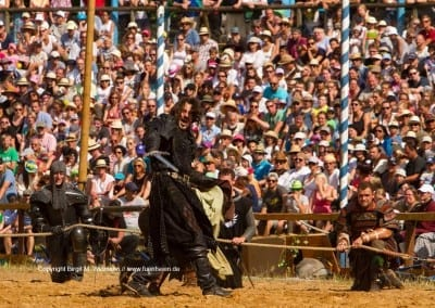 schwarzer Ritter in Kampfstellung beim Ritterturnier