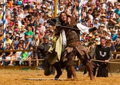 der schwarze Ritter kämpft mit dem weißem Ritter
