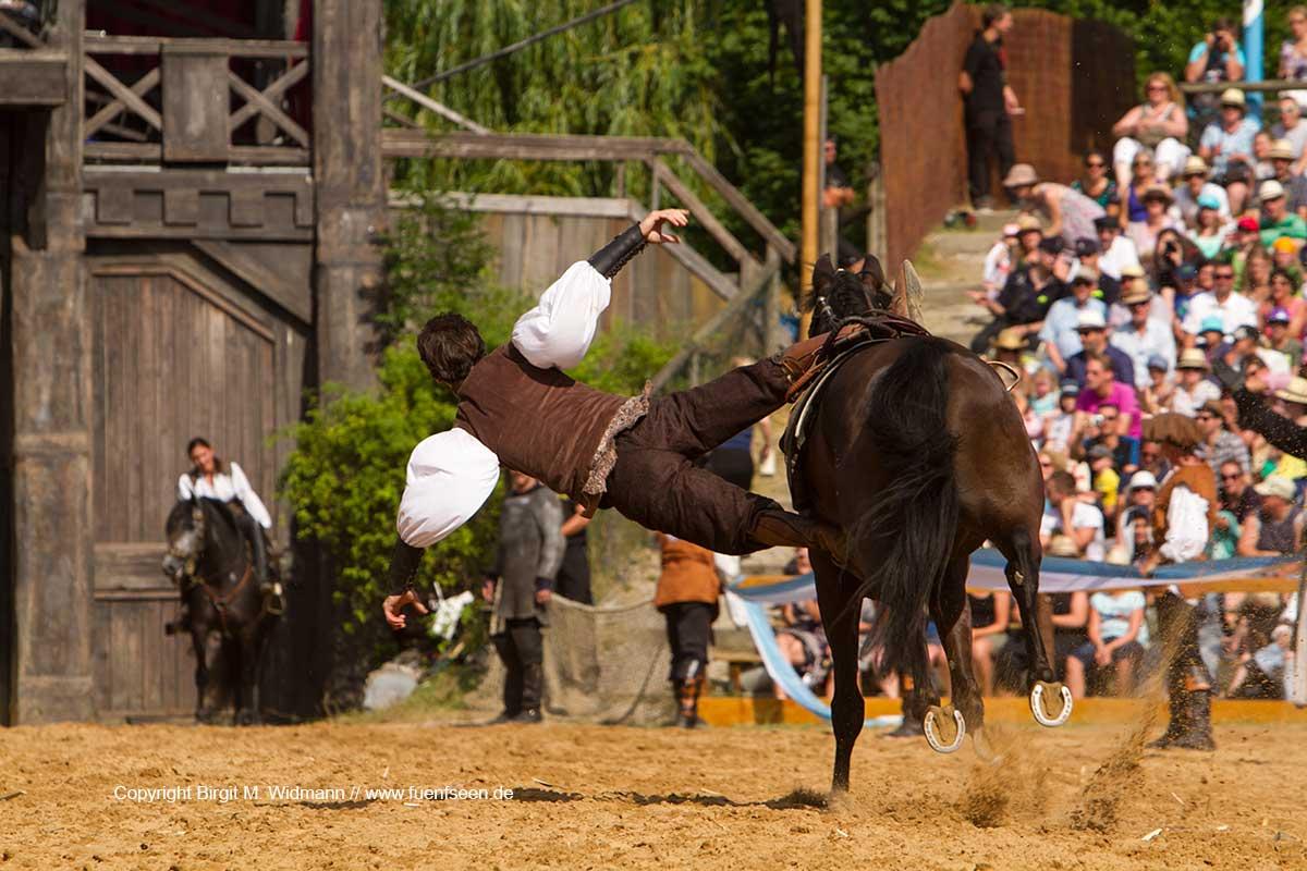 Stuntman und Pferd mit Figur