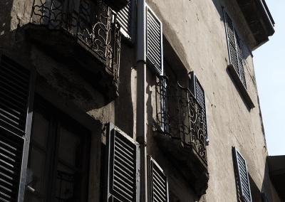 Hausfront in Como mit Balkonen
