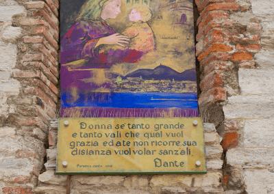 altes Marienbild mit Jesus an Hauswand in Como