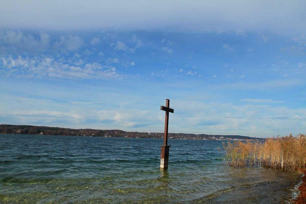 Das König Ludwig Gedenkkkreuz in Berg am Starnberger See