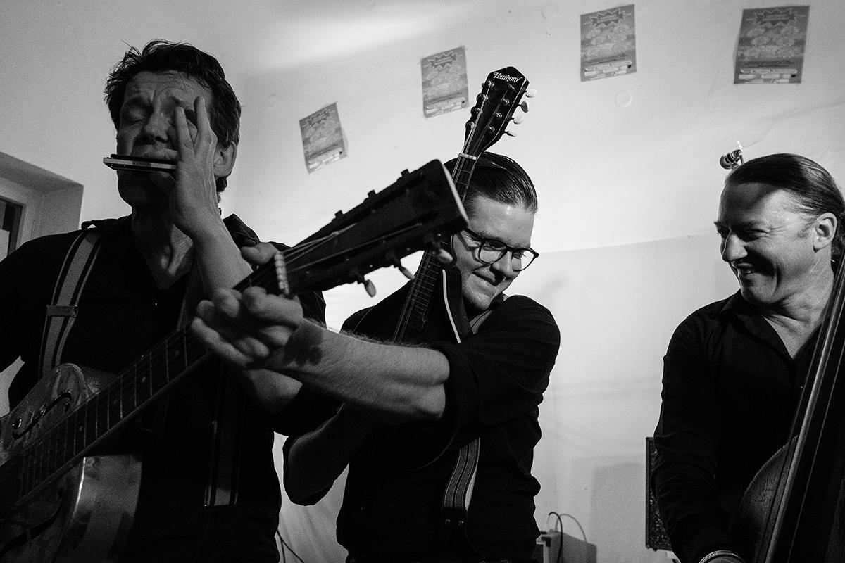 """BluesFirst Black Patti & Ryan Donohue Konzert Freitag, 23.11.2018, 20:00 Uhr, Kleiner Saal Seit 2011 bilden der mit dem Preis der deutschen Schallplattenkritik ausgezeichnete Gitarrist und Blues Harp-Spieler Peter Crow C. und sein Partner Ferdinand 'Jelly Roll' Kraemer, der neben Gesang und Gitarre auch an der Mandoline glänzt, das nach einem obskuren Plattenlabel benannte Duo Black Patti. Akustischer Pre-War-Blues, zu weiten Teilen auf Eigenkompositionen fußend, brachte die Musiker neben unzähligen Clubshows auch auf internationale Festivals sowie zum Heimatsound Oberammergau. Mit """"Red Tape"""" liegt nun der zweite Tonträger der versierten, meist mit harmonisch-zweistimmigem Gesang antretenden Musiker vor. Mit ihrem abwechslungsreichen Repertoire präsentieren Black Patti dabei filigran-kunstvolle Roots-Musik zwischen tiefschwarzem Delta Blues, federndem Ragtime und beseelten Spirituals. Unterstützt werden sie von Ryan Donohue (Upright Bass und Background-Gesang), der lange in New Orleans lebte. """"Vintage ist das Schlüsselwort für viele Subkulturen. (…) Das Münchner Bluesduo hat es in dieser Recycling-Kunst zu wahrer Meisterschaft gebracht."""" (Schwarzwälder Bote) Karten gibt es beim Kartenservice Fürstenfeld im Veranstaltungsforum, Tel. 08141 / 6665-444 / Online im Webshop http://fuerstenfeld1.muenchenticket.net, beim Kartenservice Amper-Kurier, Tel. 08141 / 355 440, Kreisboten, Tel. 08141 /4016410, sowie bei allen München Ticket Vorverkaufsstellen. Preise: Im Abo nur € 15,00 erm. € 13,33 Einzelkarten VVK € 18,00 erm. € 15,00 AK +€ 1,00 Veranstalter: Veranstaltungsforum Fürstenfeld"""