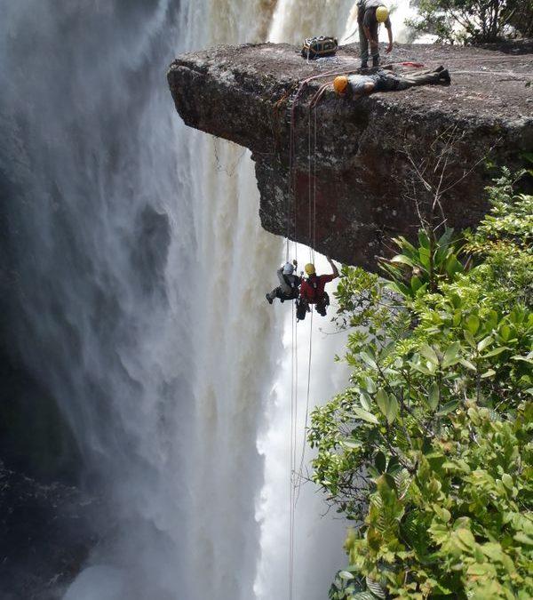Adrenalin pur beim Abseilen. Mann kann die Kaieteur Wasserfälle allerdings auch entspannter entdecken Beschreibung Urheberrecht Credit: GTA-Foto Ian Craddock