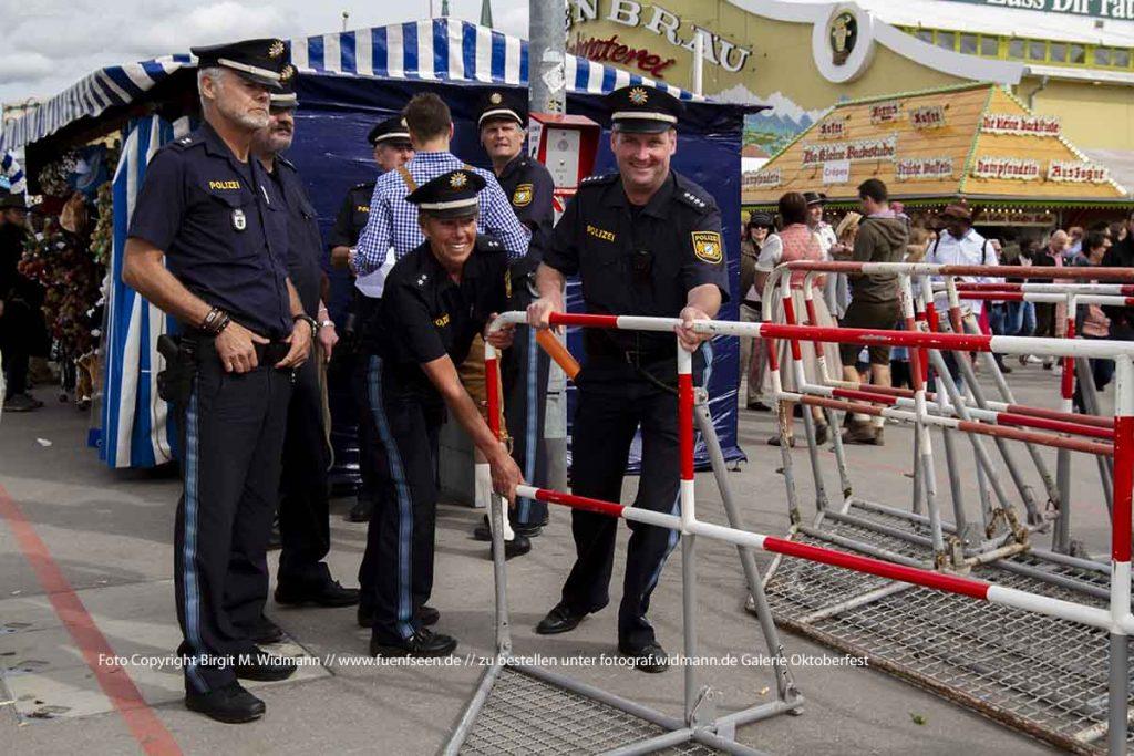 Die Polizei ist dafür verantwortlich, dass der normale Oktoberfestverkehr durch die Gassen und Straßen ohne Behinderung voran geht.