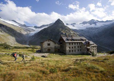 Wanderer bei der Berliner Hütte, Zillertaler Alpen, Tirol, Österreich.