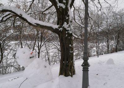 Schneemann blickt zur Bavaria